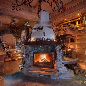Kameralne posiedzenie czy huczna impreza przy ciepłym kominku – kominek w domu domowe ognisko ciepło ogień kominek