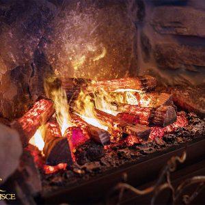 Romantyczna kolacja we dwoje przy świecach i cieple domowego kominka – kominek w domu domowe ognisko ciepło ogień kominek