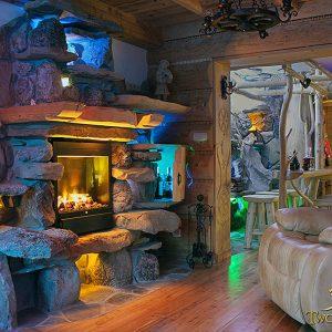 Sympatyczny wieczór we własnym domu w atmosferze luksusu i ciepła ogniska z kominka – kominek w domu domowe ognisko ciepło ogień kominek